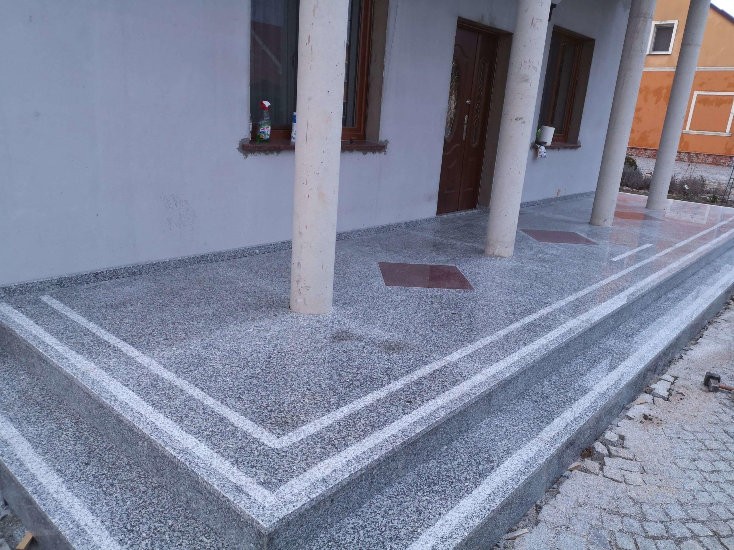 Posadzka granitowa przed domem